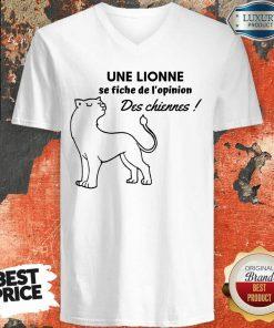 Une Lionne Se Fiche De L'Opinion Des Chiennes V-neck
